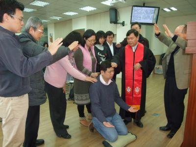 李民海弟兄受洗並接受眾執事祝福