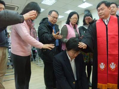 莊豐瑞弟兄受洗並接受眾執事祝福