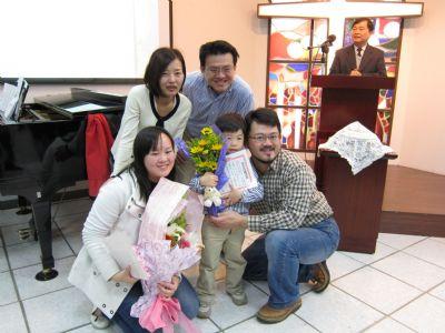 陳倩兒姐妹與黃百睿弟兄一家與主席宗儒合影