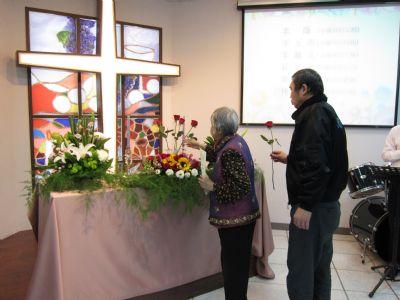 弟兄姐妹藉由獻花禮,表達對我們祖先的追思