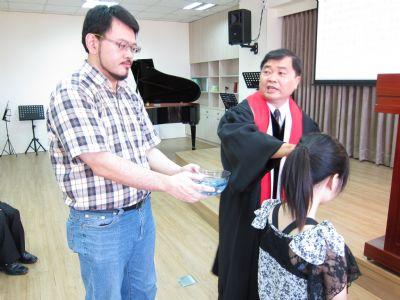 福泰牧師為王謹熏姐妹施洗