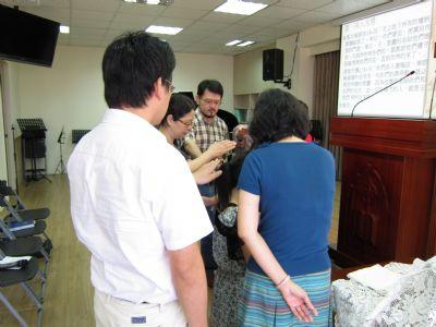牧師傳道和眾執事為王謹熏姐妹禱告祝福