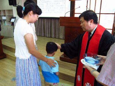 福泰牧師為許恩榮小弟兄施洗