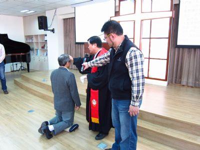 陳福泰牧師為林翁焜弟兄施洗