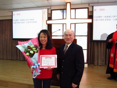 李木火主席為余素娥姐妹頒發受洗證書與禮物