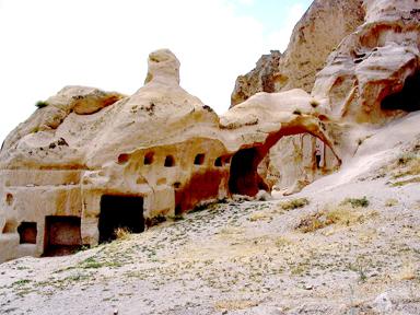 徒二9提到,从加帕多家来的犹太人在五旬节信主。他们返回当地建立教会。<br>罗马尼录王逼迫时期,教会转入地下。<br>(黄哲士2006年摄于土耳其加帕多家的实景,甘霖版权所有。)