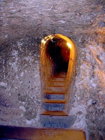 尼录逼迫基督徒时,他们躲藏地窖之一的入口。<br>2006年,黄哲士摄于土耳其。「甘霖」版权所有。