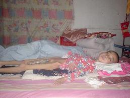 十一岁的柯多谋,只能躺在床上无望的等....