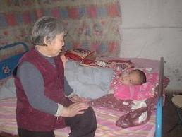六十九岁的外婆照顾病榻上的柯多谋